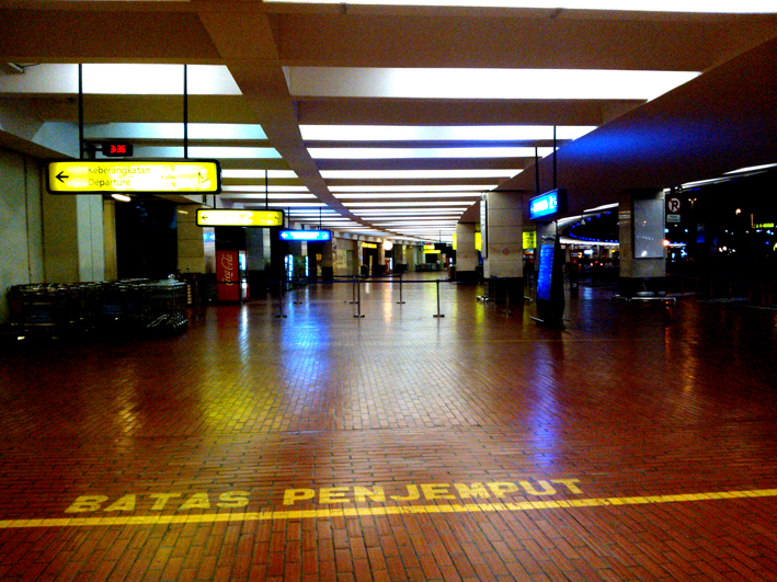Beranda Utara Terminal D1 Bandara Soekarno Hatta pukul 03.30 pagi