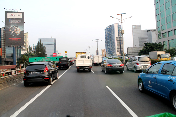 Jalan Tol dalam kota Jakarta menjelang macet, saat melintas di  jembatan layang Kuningan.
