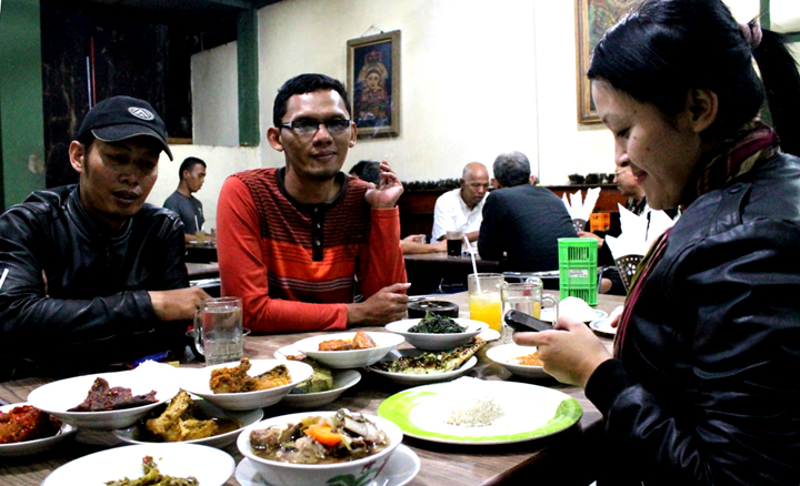Makan malam dengan hidangan masakan Padang