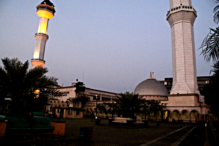 Alun-alun Bandung, dengan latar belakang Masjid Agung Bandung