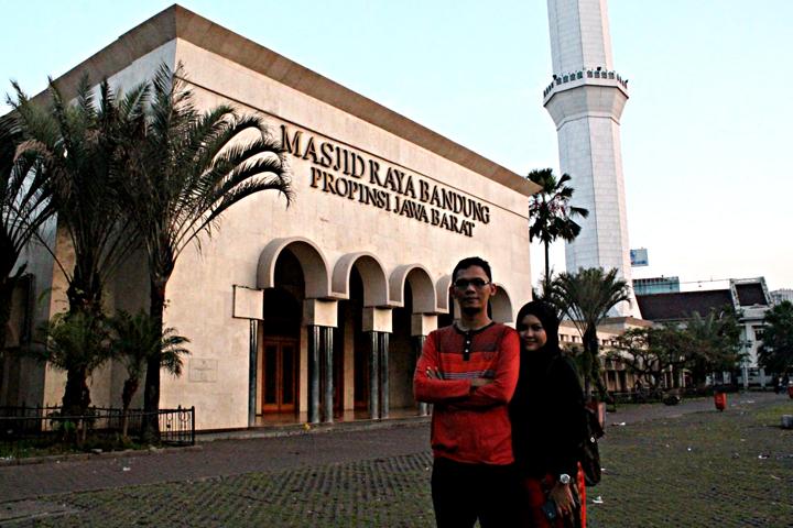 Suami istri Dudi Jaya dan Karmila Dwie di depan Masjid Raya Bandung