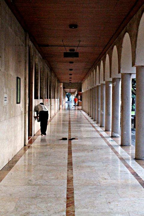 Koridor Masjid Raya Bandung. Seorang petugas terlihat tengah membersihkan dinding masjid