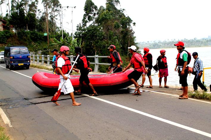 Perahu digotong menyeberang jembatan