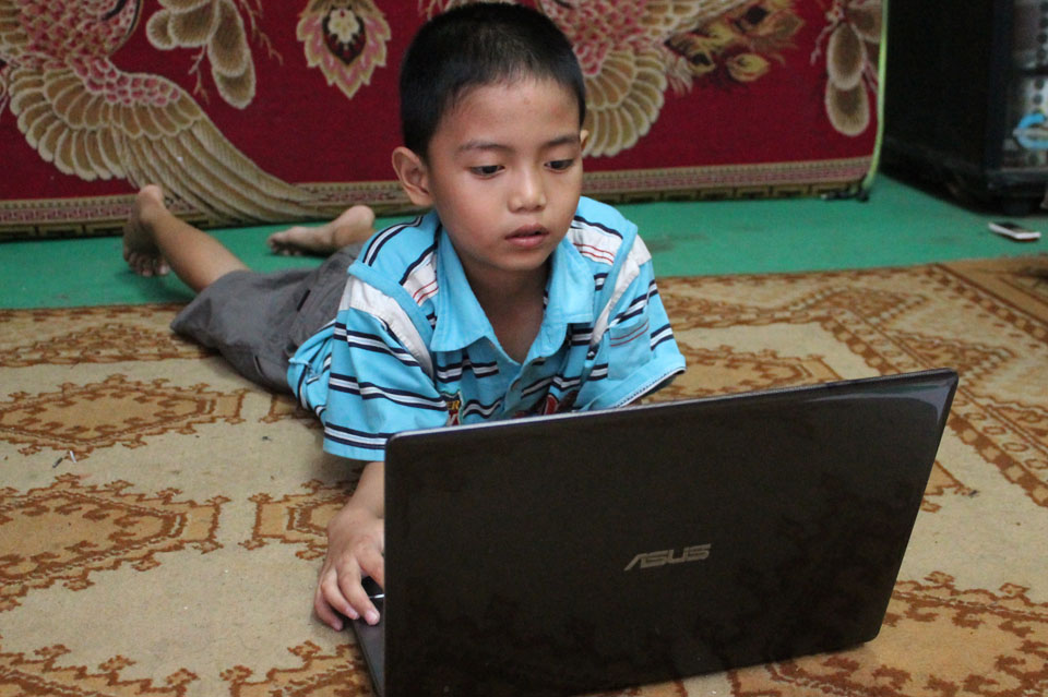 Sikecil Rizqy, tengah menikmati kartun kesayangannya