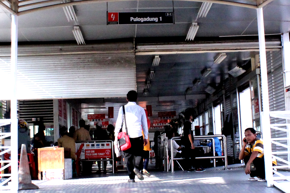 Halte Busway Pulo Gadung 1 yang sepi. Berbeda dengan hari biasanya saat tiket reguler masih berlaku