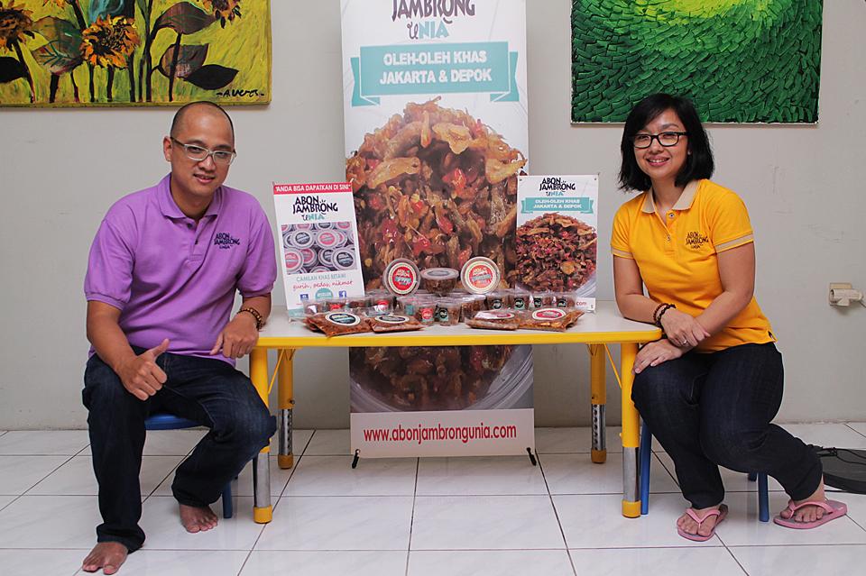Dana dan Nia, dengan produk kebanggan mereka, Abon Jambrong Unia