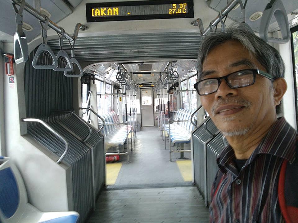 Selfie di dalam busway yang ksosng melompong
