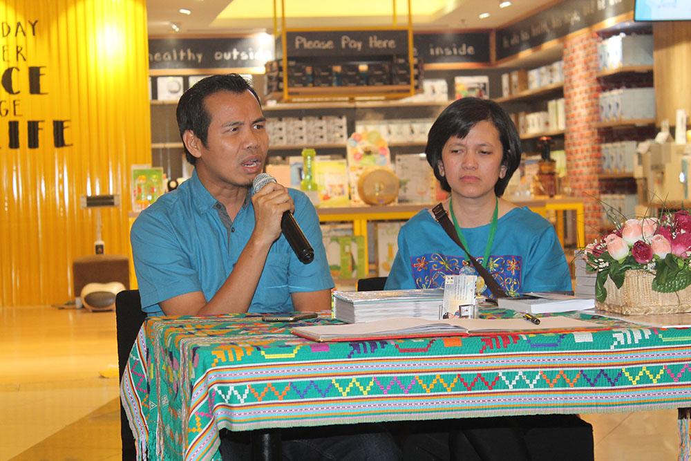 Iskandar Zulkarnaen saat talkshow di pameran Filateli Christy Damayanti