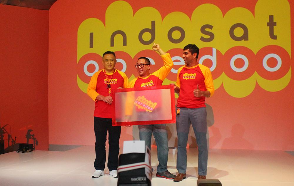 CEO Indosat Ooredoo Alexander Rusli (tengah) didamping dua top management Indosat Ooredoo